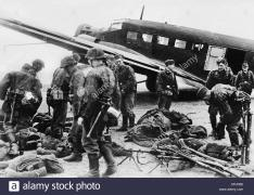 soldiers-of-the-waffen-ss-before-the-air-transport-on-the-eastern-CPJFB0.jpg