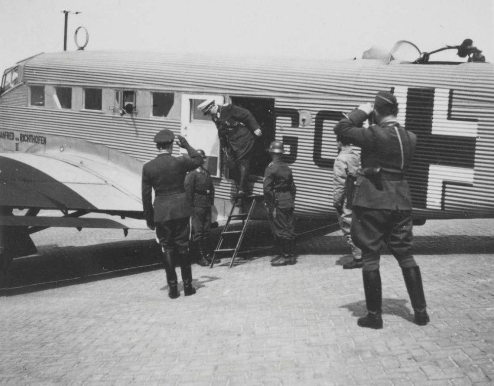Herman_Goring_op_Waalhaven,_na_capitulatie_mei_1940_(3).jpg