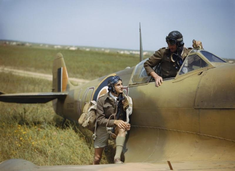 1977962321_Supermarine_Spitfire_pilots_of_No._40_Squadron_South_African_Air_Force_at_Gabes_in_Tunisia_April_1943._TR1033.jpg.c968d5fb8481ec76ad379e81ca064fcc.jpg