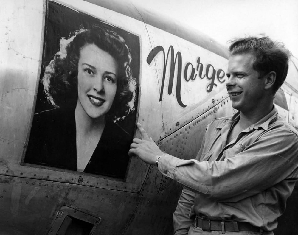 Richard_Bong_and_P-38_Lightning_Marge.jpg