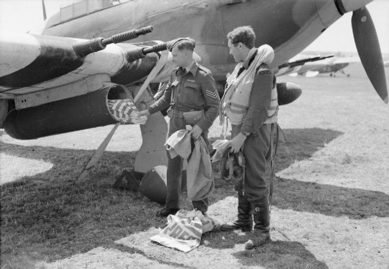 Hawker_Hurricane_mail_delivery_WWII_IWM_373.jpg
