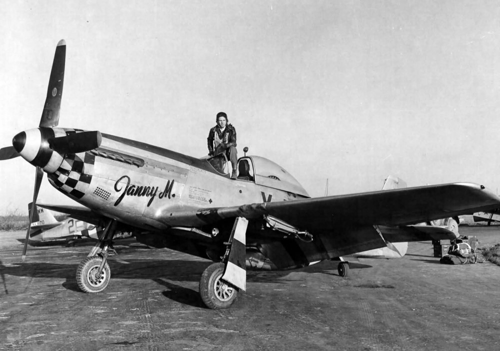 Lt_William_K_Lahke_of_the_351st_FS_353rd_FG_In_The_Cockpit_Of_P-51D_44-14781_Coded_Yj-U.jpg