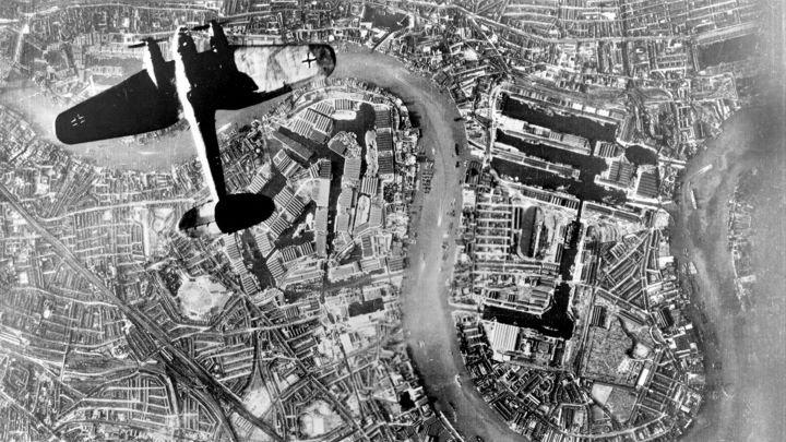 Heinkel over London 07 Sept 40.jpg