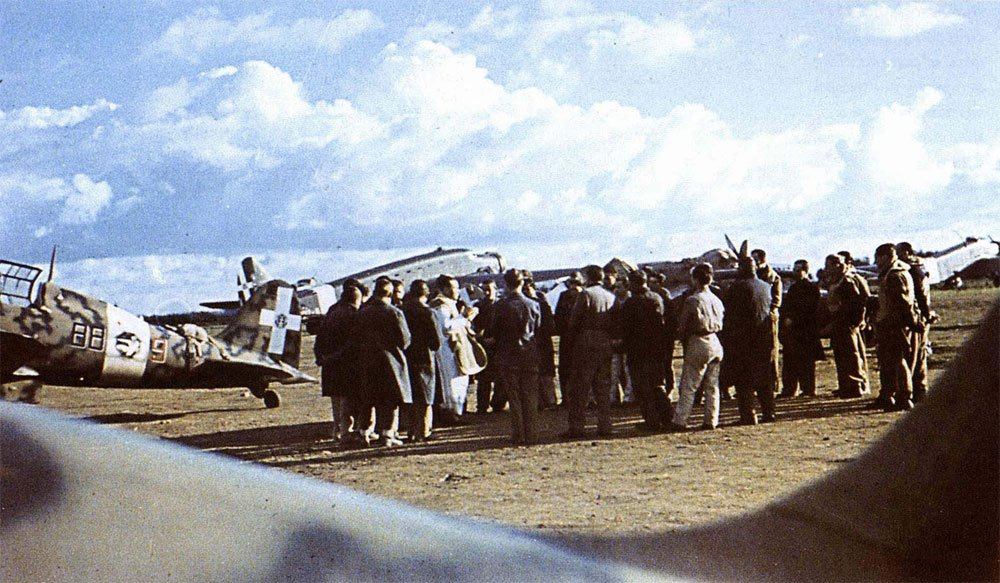 RA-Macchi-C.205-1S88SA-88-9-Sicily-1943-01.jpg.90e8ba8bff8181e68a6000b0d39c71ec.jpg