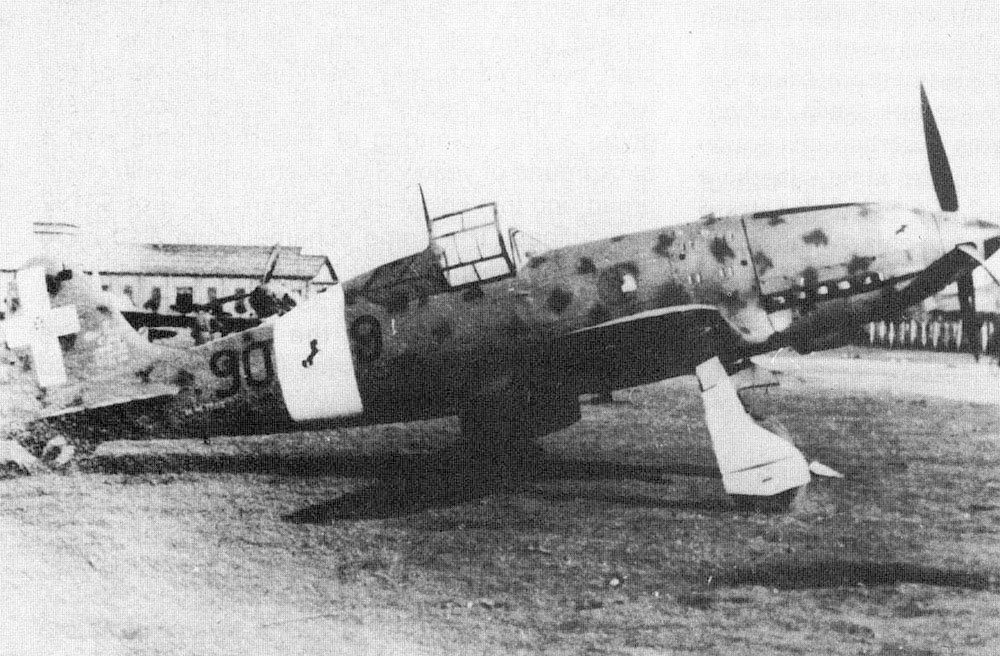 RA-Macchi-C.202-4-Stromo-9-Gruppo-90SA-90-9-unidentified-aerodrome-Italy-01.jpg.f84afd7f5f13ff50faebc0906a96ccc3.jpg