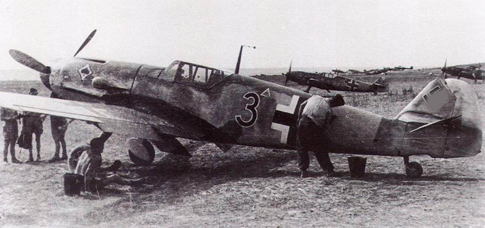 109G2-2.JG53-Black-3-Stalingrad-Russia-1942-01.jpg.3f9d351953902ce6ef7cbdd0cca127ea.jpg