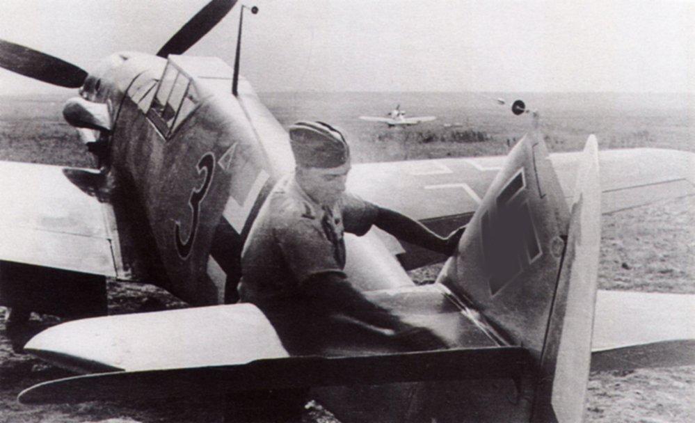 109G2-2.JG53-Black-3-Stalingrad-Russia-1942-02.jpg.70458a4b460326c5fa12221244f7d643.jpg