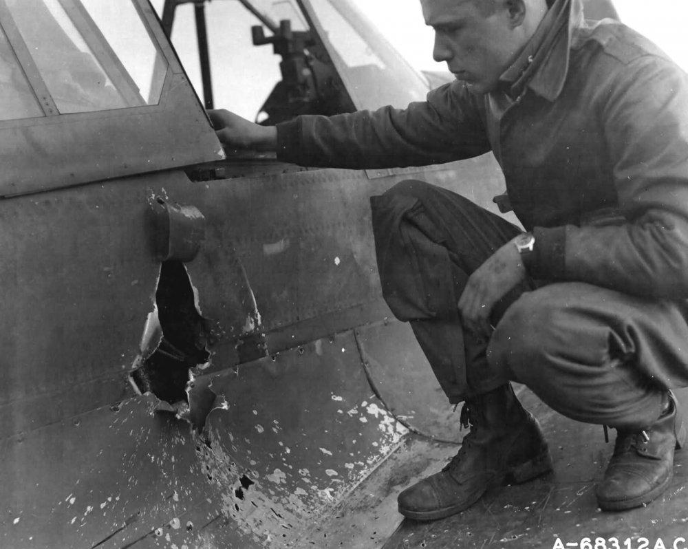 79Th_Fighter_Group_Based_At_Capodichino_Italy_pilot_Examines_his_Damaged_P-40.thumb.jpg.8acf407051dd51217d90ea9bdffa0ca9.jpg