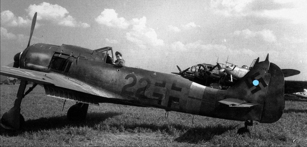 InkedFocke-Wulf-Fw-190A9-6.JG301-(R22+-)-WNr-490044-Landensalza-1945-04_LI.jpg