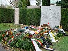 271585551_220px-Wiener_Zentralfriedhof_Grber_Schnherr_und_Nowotny_2004-11-15.jpg.4ddd4f368279b80d608f1fa00d5ec814.jpg